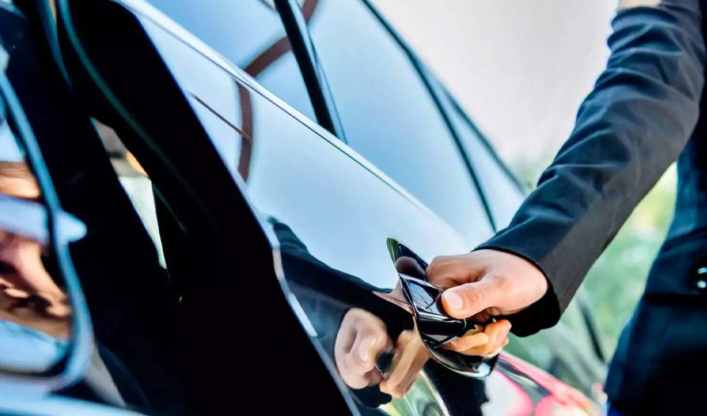 chauffeur-opens-door